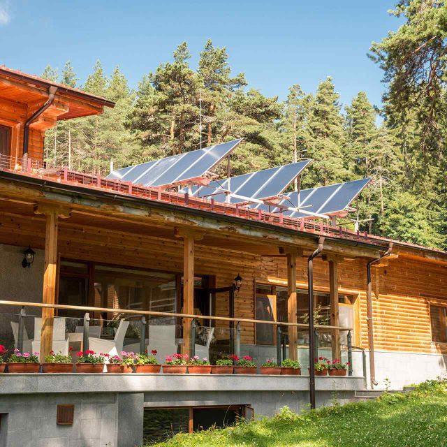 https://solarpanelsjacksonville.com/wp-content/uploads/2018/09/gallery_projects_11-640x640.jpg